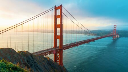 San Franciscos Golden Gate Bridge bei Sonnenaufgang von Marin County