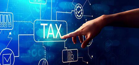 Belastingthema met de hand op een knop drukken op een technologiescherm Stockfoto