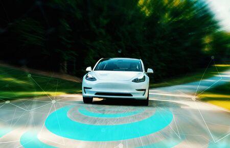 Concepto de tecnología de coche autónomo autónomo en un camino rural