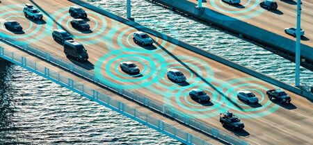 Autonomous vehicles driving and communicating on the highway Banque d'images