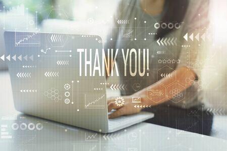 Dziękuję kobiecie korzystającej z laptopa w swoim domowym biurze