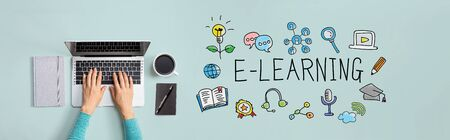 E-Learning con persona que usa una computadora portátil Foto de archivo