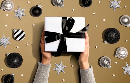 Person holding a Christmast gift box - overhead view flat lay Фото со стока - 131362870