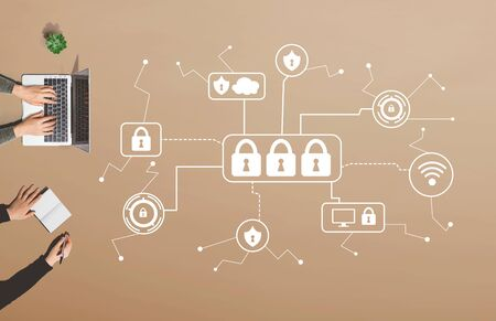 Tema della sicurezza informatica con persone che lavorano insieme a laptop e notebook