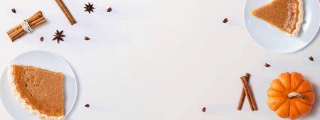 Pastel de calabaza con calabaza de otoño - Vista aérea