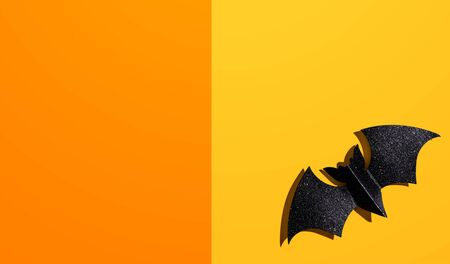 Halloween black paper bat - overhead view flat lay Фото со стока - 131363480