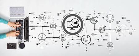 Thème de négociation d'actions avec une personne utilisant un ordinateur portable Banque d'images