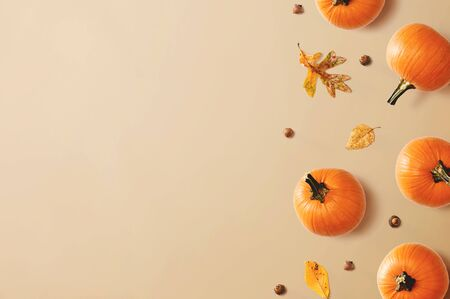 Autumn pumpkins with leaves - overhead view flat lay Imagens