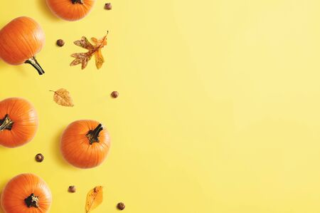 Autumn pumpkins with leaves - overhead view flat lay Stockfoto