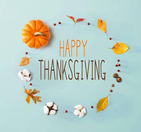 Wiadomość na Święto Dziękczynienia z jesiennymi liśćmi i pomarańczową dynią Zdjęcie Seryjne