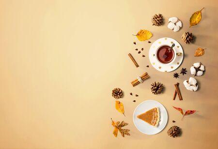 Pumpkin pie with cinnamon tea - flat lay Standard-Bild