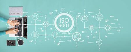 Concepto ISO 9001 con persona que usa una computadora portátil