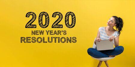 Resoluciones de año nuevo 2020 con mujer joven usando una computadora portátil