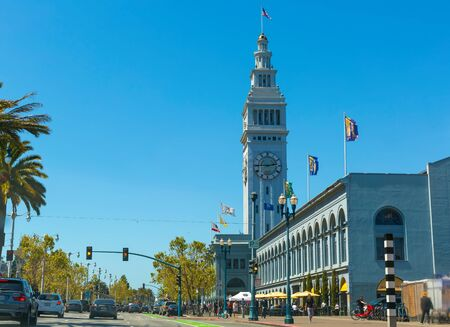 SAN FRANCISCO- MAY 1st 2019: Traffic passes the Ferry Building in downtown San Francsico 新聞圖片