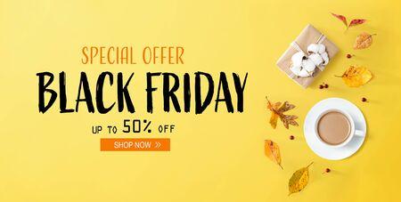 Black Friday Banner mit Herbstthema mit Kaffee und Geschenkbox