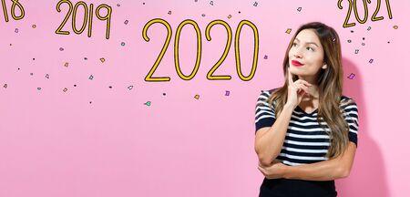 2020 con mujer joven en una pose pensativa Foto de archivo