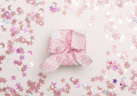 白色背景上有五彩纸屑的礼品盒
