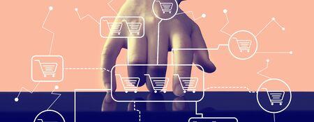 Tema dello shopping online con la pressione della mano sullo schermo di un tablet