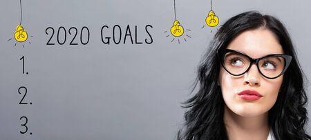 Objectifs 2020 avec une jeune femme d'affaires au visage réfléchi Banque d'images