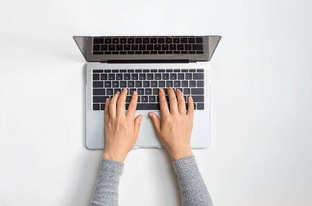 Person, die einen Laptop an einem Schreibtisch benutzt Standard-Bild