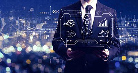 Concept de croissance rapide avec un homme d'affaires tenant une tablette Banque d'images