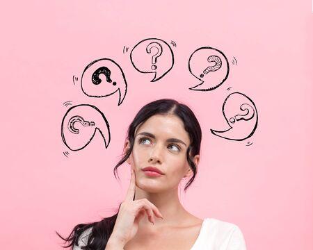 Signos de interrogación con burbujas de discurso con mujer joven en pose pensativa