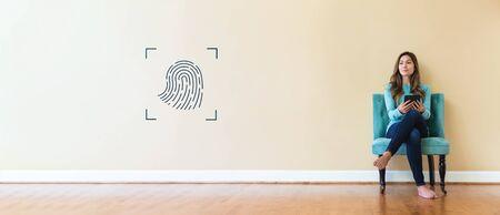 Biometrische Identität des Fingerabdrucks mit einer jungen Frau, die einen Tablet-Computer hält Standard-Bild
