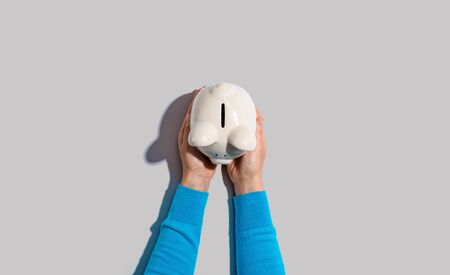Person holding a piggy bank from above Zdjęcie Seryjne