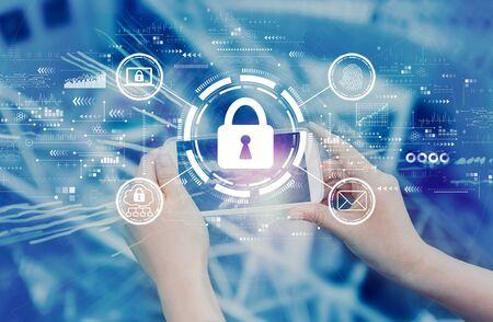 Internet-Netzwerk-Sicherheitskonzept mit Person, die ein Smartphone verwendet