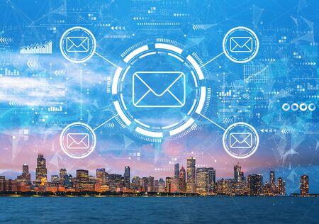 ミシガン湖とシカゴの街並みのスカイラインのダウンタウンと電子メールの概念 写真素材