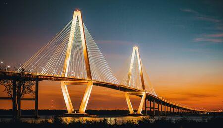 Cooper River Bridge nocą w Charleston w Południowej Karolinie