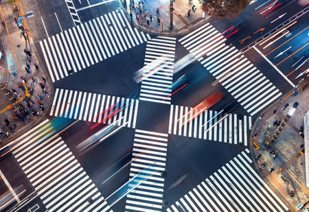 Traffic and people cross a busy intersection in Ginza, Tokyo 스톡 콘텐츠