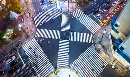 Traffic and people cross a busy intersection in Ginza, Tokyo Archivio Fotografico