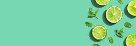 Fresh green limes with mints overhead view Standard-Bild