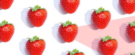 Fresh red strawberries overhead view Standard-Bild