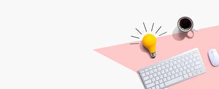 Computer keyboard with a yellow light bulb 版權商用圖片