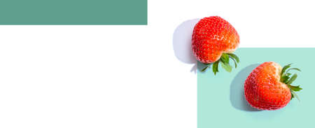 Fresh red strawberries overhead view 版權商用圖片