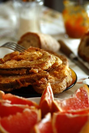 View of a breakfast table with golden slices of bread and grapefruit slices. Banco de Imagens