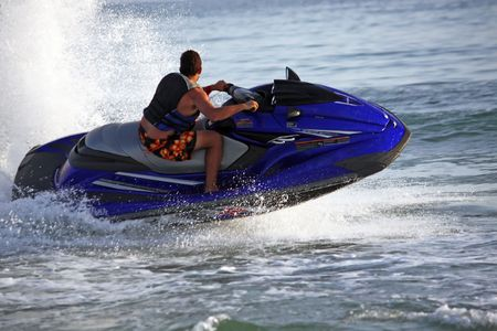 파도에 야생 실행 제트 스키 오토바이를 타는 남자의보기. 스톡 콘텐츠