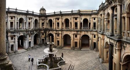 central square: Vista della piazza centrale principale della parte interna del convento di Cristo a Tomar, Portogallo. Archivio Fotografico
