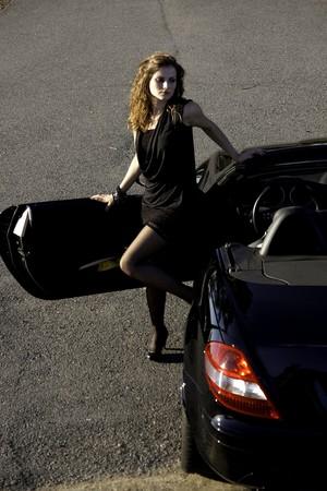 Vue d'une belle femme sortant d'une voiture de sport. Banque d'images - 8264229
