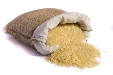 legumbres secas: Vista de un saco de arroz amarillo aislados en un fondo blanco.
