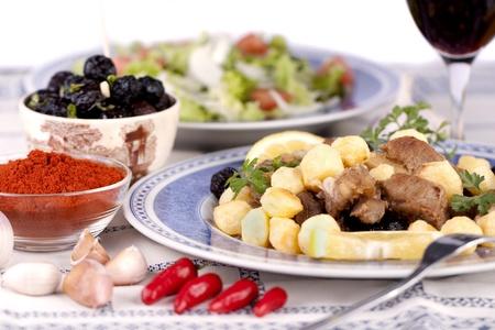 감자와 함께 요리 고기의 포르투갈어 식사의 뷰를 닫습니다.