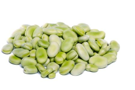 흰 배경에 고립 된 몇 가지 광범위 한 콩의 뷰를 닫습니다.