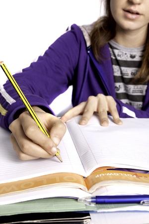 책을 공부하는 십 대 학교 소녀의 뷰를 닫습니다.