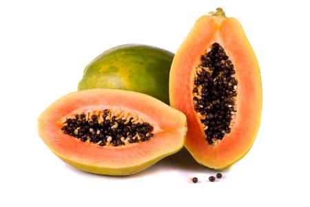 fruta tropical: Cierre de vista de una fruta tropical de papaya aislado en un fondo blanco.