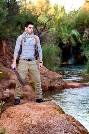 aventurero: Vista de un cazador de tesoros, selva hombre tipo aventurero.