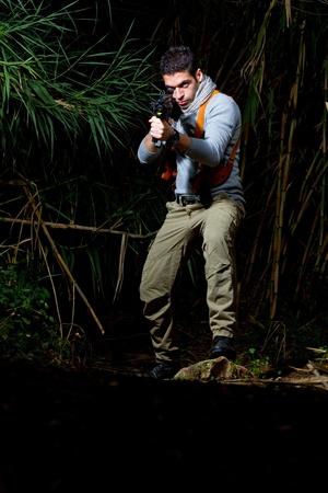 aventurero: Vista de un cazador de tesoros, la selva el hombre de tipo aventurero.