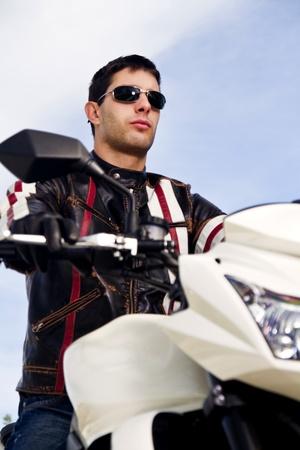 아스팔트 도로에 오토바이와 남자의보기. 스톡 콘텐츠
