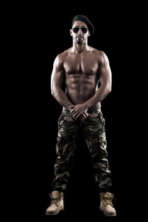 예술, 피트니스와 보디 빌딩 포즈에 검은 배경에 근육이 남자의보기.